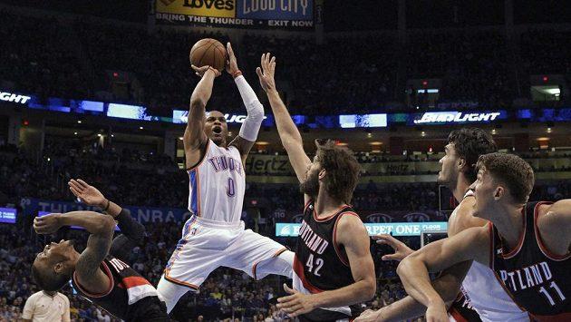Russell Westbrook z Oklahomy (v bílém) střílí v zápase s Portlandem.