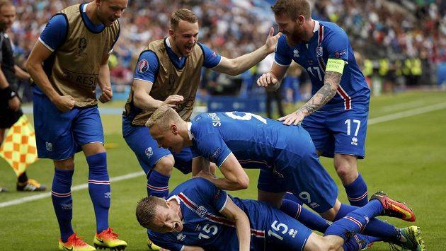 Radost islandských fotbalistů po gólu Jóna Dadiho Bödvarssona (č. 15).