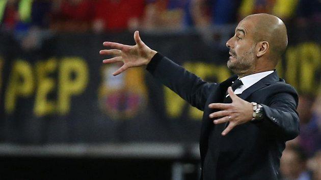 Josep Guardiola gestikuluje na lavičce Bayernu Mnichov.