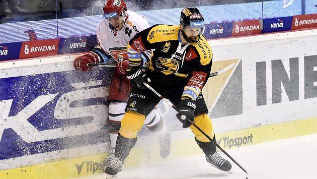 Litvínovský hráč Daniel Sörvik (vpravo) a Martin Látal z Hradce.