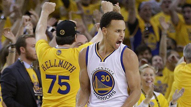 Radostné gesto Stephena Curryho z Golden State Warriors.