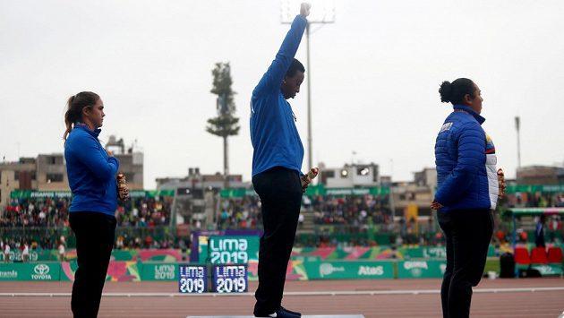 Americká kladivářka Gwen Berryová dostala od Amerického olympijského výboru roční podmínku za protest na stupních vítězů na nedávných Panamerických hrách v Limě. Ve známém protestním gestu zvedla paži s rukou v pěst.
