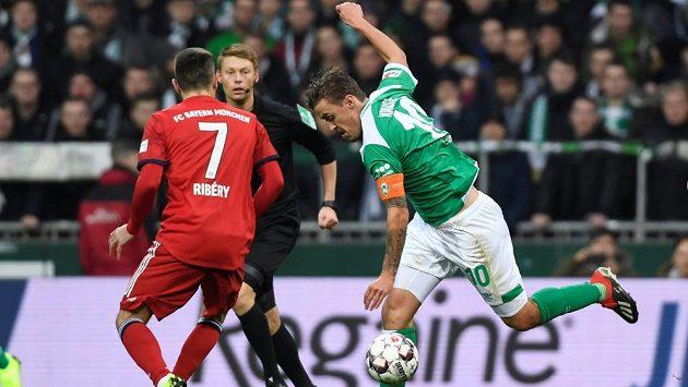 Brémský Max Kruse (vpravo) a Franck Ribéry z Bayernu.