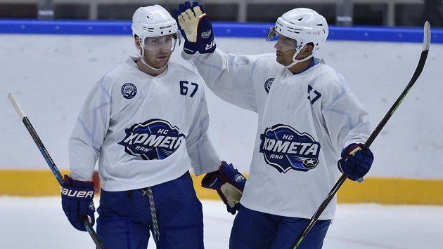 Hokejisté Komety Brno (zleva) autor gólu Lukáš Kucsera a Jan Hruška se radují z branky v síti HC Olomouc.