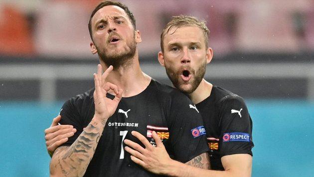Rakouský útočník Marko Arnautovic (vlevo) si neodpustil slovní komentář při oslavě gólu na 3:1, vpravo je jeho spoluhráč Konrad Laimer.