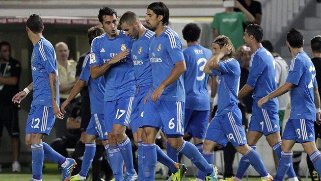 Fotbalisté Realu Madrid se radují ze vstřelení gólu na hřišti Elche.