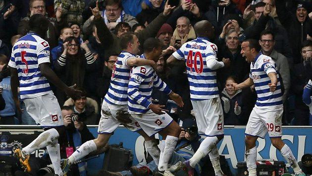 Fotbalisté Queens Park Rangers se radují z gólu.