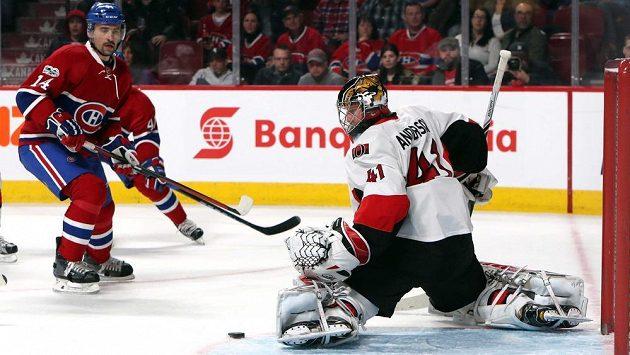 Tomáš Plekanec (14) z Montrealu a gólman Ottawy Craig Anderson (41).