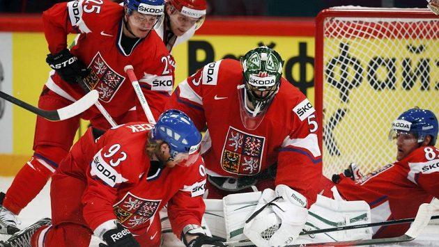Čeští hokejsité Jiří Hudler (vlevo), Jakub Voráček, gólman Alexander Salák a Jakub Nakládal (vpravo)bojují před brankou o puk v utkání s Běloruskem.