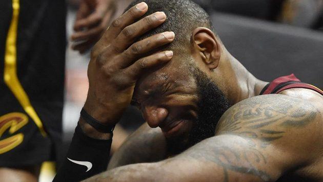 Zklamaný LeBron James, ani jeho body Cleveland od prohry nespasily.