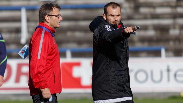 Trenéři Josef Petřík starší (vlevo) a mladší v akci u týmu Frýdku-Místku.
