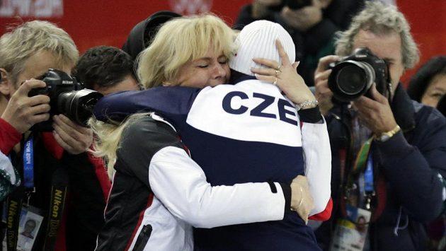 Rychlobruslařka Martina Sáblíková se raduje ze zlaté olympijské medaile se svou maminkou.