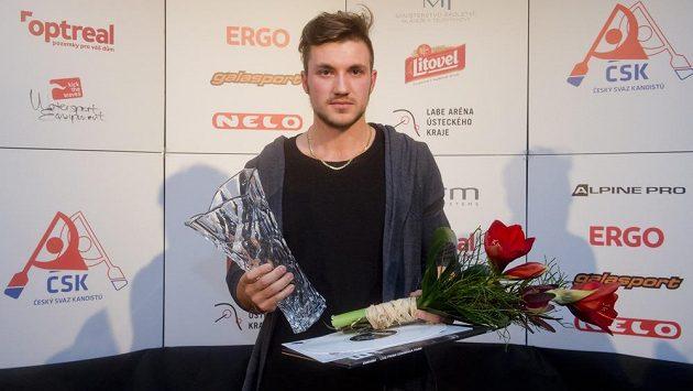 Martin Fuksa s trofejí pro druhého nejlepšího sportovce Českého svazu kanoistiky za rok 2015.