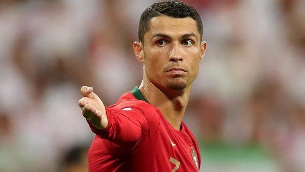 Portugalská hvězda Cristiano Ronaldo v akci během utkání MS s Íránem.