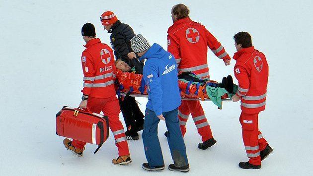 Rakouský sdruženář Christoph Bieler si při pádu ve zkušebním kole závodu družstev ve Světovém poháru v Ramsau zlomil pět žeber.