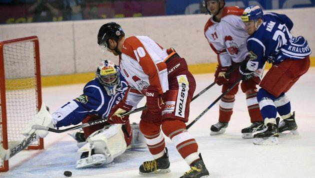 Přípravné hokejové utkání HC Olomouc - HC Kometa Brno. Útočník Olomouce Matěj Pekr (druhý zleva) dává třetí, vyrovnávací branku. Vlevo je brankář Brna Marek Čiliak.