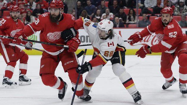 Luke Witkowski z Detroitu (vlevo) svírá Jaromíra Jágra v zápase NHL s Calgary.