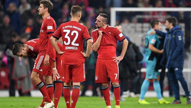 Zklamaní fotbalisté Bayernu Mnichov - Thomas Müller, Franck Ribéry a další - po remíze s Freiburgem.