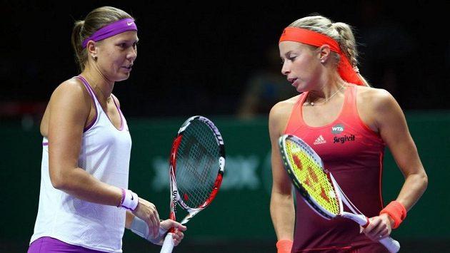 České deblistky Andrea Hlaváčková (vpravo) a Lucie Hradecká na Turnaji mistryň v Singapuru.