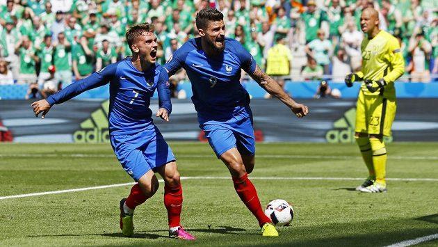 Francouzští fotbalisté Antoine Griezmann (vlevo) a Olivier Giroud bezprostředně po vstřeleném gólu proti Irsku.