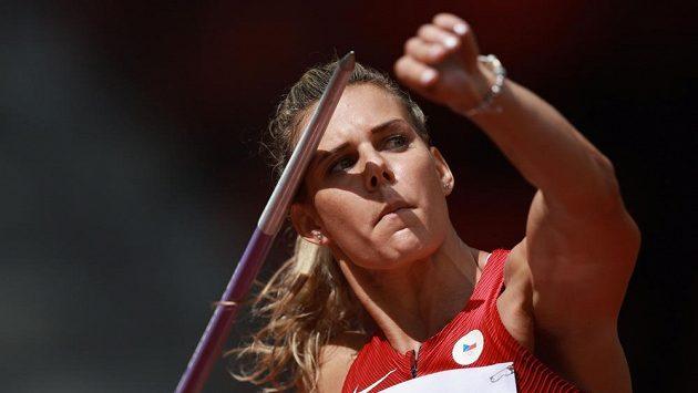 Nikola Ogrodnikova v kvalifikaci oštěpařek v Tokiu.