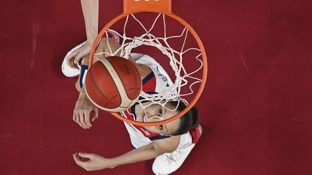 Americká basketbalistka Diana Taurasiová sleduje míč.