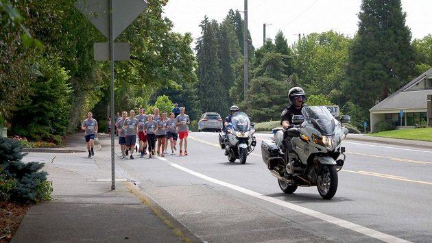 Policie má v oregonském Eugene s běžci většinou veselejší příhody.