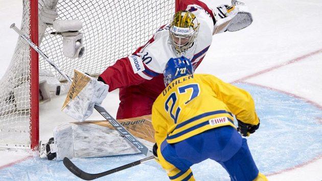Švédský útočník Jonathan Dahlén překonává českého brankáře Daniela Vladaře v zápase MS hráčů do 20 let.