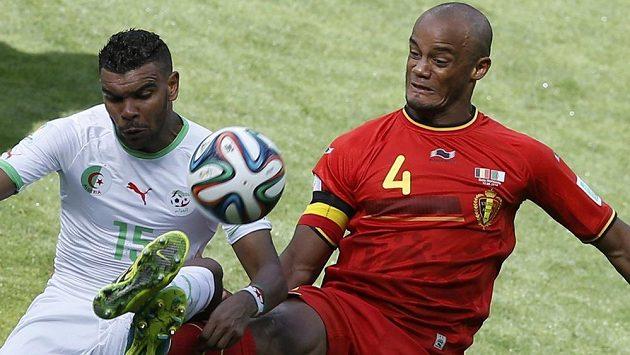 Belgický kapitán Vincent Kompany (vpravo) brání útočníka Alžírska Arbího Hilála Súdáního.
