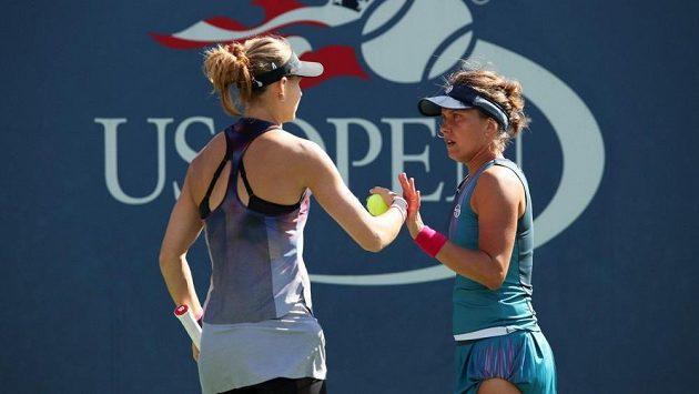 České tenistky Lucie Šafářová (vlevo) a Barbora Strýcová na US Open. Do finále ale postoupily jejich krajanky.