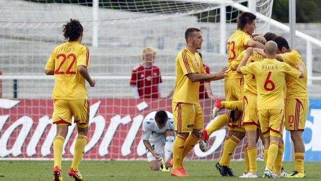 Fotbalisté Dukly se radují z branky do teplické sítě.