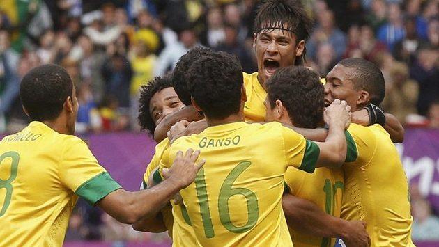 Radost fotbalistů Brazílie v utkání olympijského turnaje proti Bělorusku