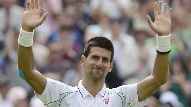 Novak Djokovič se raduje z postupu do 2. kola Wimbledonu.