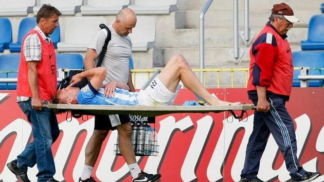 Takhle opouštěl zraněný Antonín Rosa hřiště loni v létě v utkání proti Varnsdorfu (ilustrační foto)