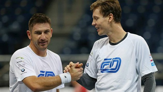 Po Berdychovi čtvrtfinále Davis Cupu v Tokiu vynechá i Jan Hájek (vlevo).