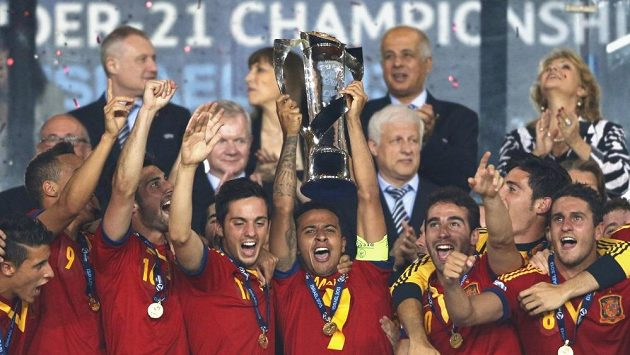 Španělští fotbalisté oslavují titul mistrů Evropy do 21 let.