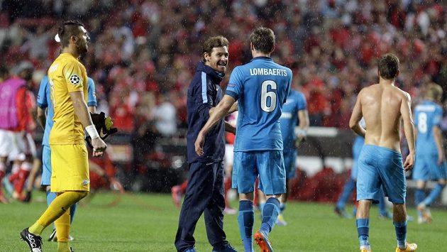 Spokojený trenér Zenitu Andre Villas-Boas si plácá se svým svěřencem Nicolasem Lombaertsem po výhře nad Benfikou.