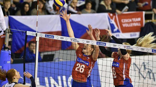Zleva Salla Karhuová z Finska a Češky Gabriela Orvošová a Barbora Purchartová během kvalifikace o ME ve volejbalu.