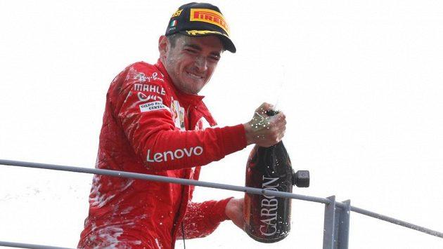 Charles Leclerc oslavuje vítězství.
