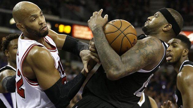 Basketbalista Sacramenta DeMarcus Cousins (vpravo) v souboji o míč s Tajem Gibsonem z Chicaga.