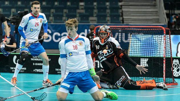 Ondřej Mikeš blokuje dánskou střelu na branku gólmana Jana Baráka, vlevo obránce Tomáš Sýkora.