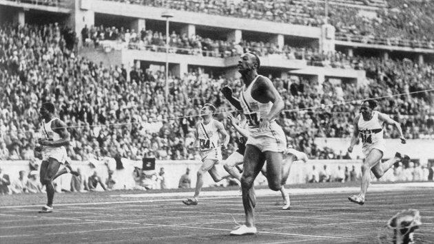 Jesse Owens právě vítězí v běhu na 100 metrů na olympiádě v Berlíně.