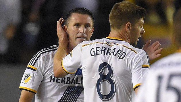 Steven Gerrard (vpravo) gratuluje svému spoluhráči Robbiemu Keanovi ke vstřelené brance.