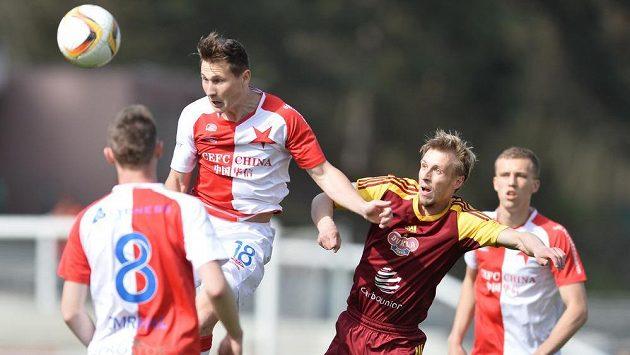 Slávistický zadák Jan Bořil odvrací ve výskoku míč před Tomášem Bergerem z Dukly.