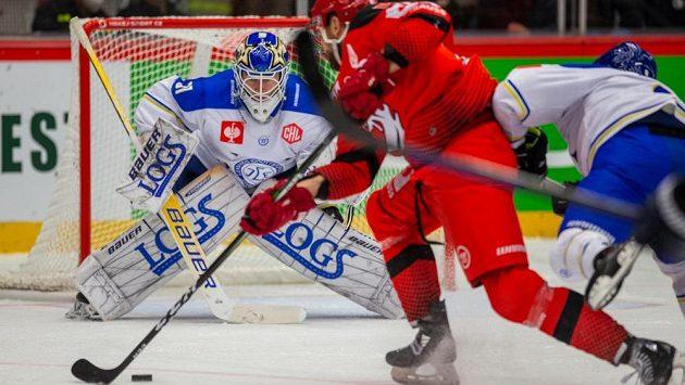 Brankář Kasimir Kaskisuo z Leksandu znamenal pro hokejisty Třince velkou překážku.