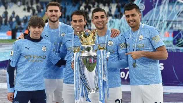 Eric García (třetí zleva) se spoluhráči z Manchesteru City s trofejí pro vítěze Premier League.