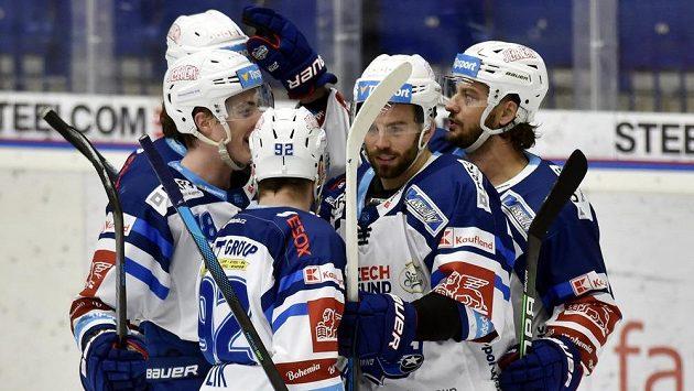 Hokejisté Brna se radují z prvního gólu. Vpravo je autor branky Martin Zaťovič.