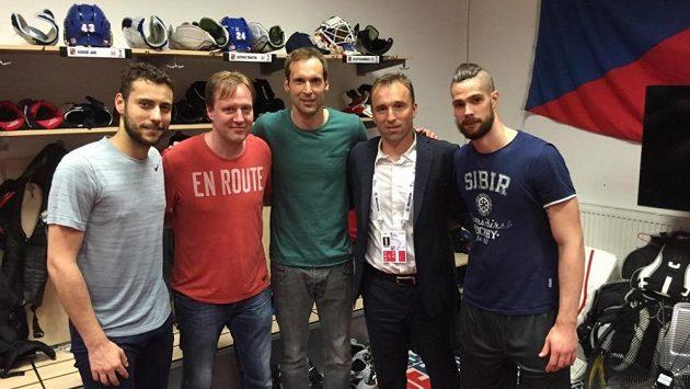 Petr Čech v obležení hokejových gólmanů. Zleva Ondřej Pavelec, Martin Prusek, Milan Hnilička a Alexander Salák.