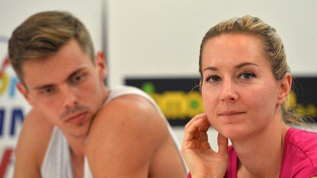 Desetibojař Adam Sebastian Helcelet a jeho přítelkyně překážkářka Denisa Rosolová.