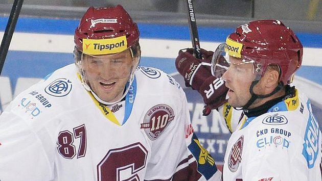 Sparťan Petr Ton (vlevo) se spolu s Jaroslavem Hlinkou raduje z gólu.